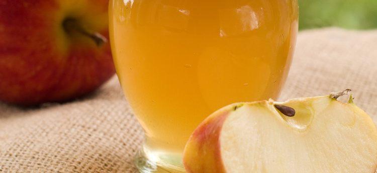 グラスに注がれたリンゴ酢の写真